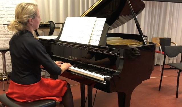 Speciale gast bij 'De Smaak van Satie' van MuziekSalon Spronk is de pianiste Anna Ivanova, die verschillende werken van Erik Satie speelt.