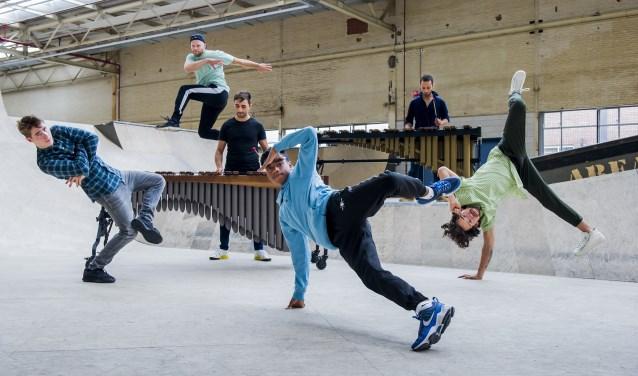 Breakdancegroep The Ruggeds treedt samen op met Harmonie St. Michaël van Thorn. Foto: Claudia Hansen.