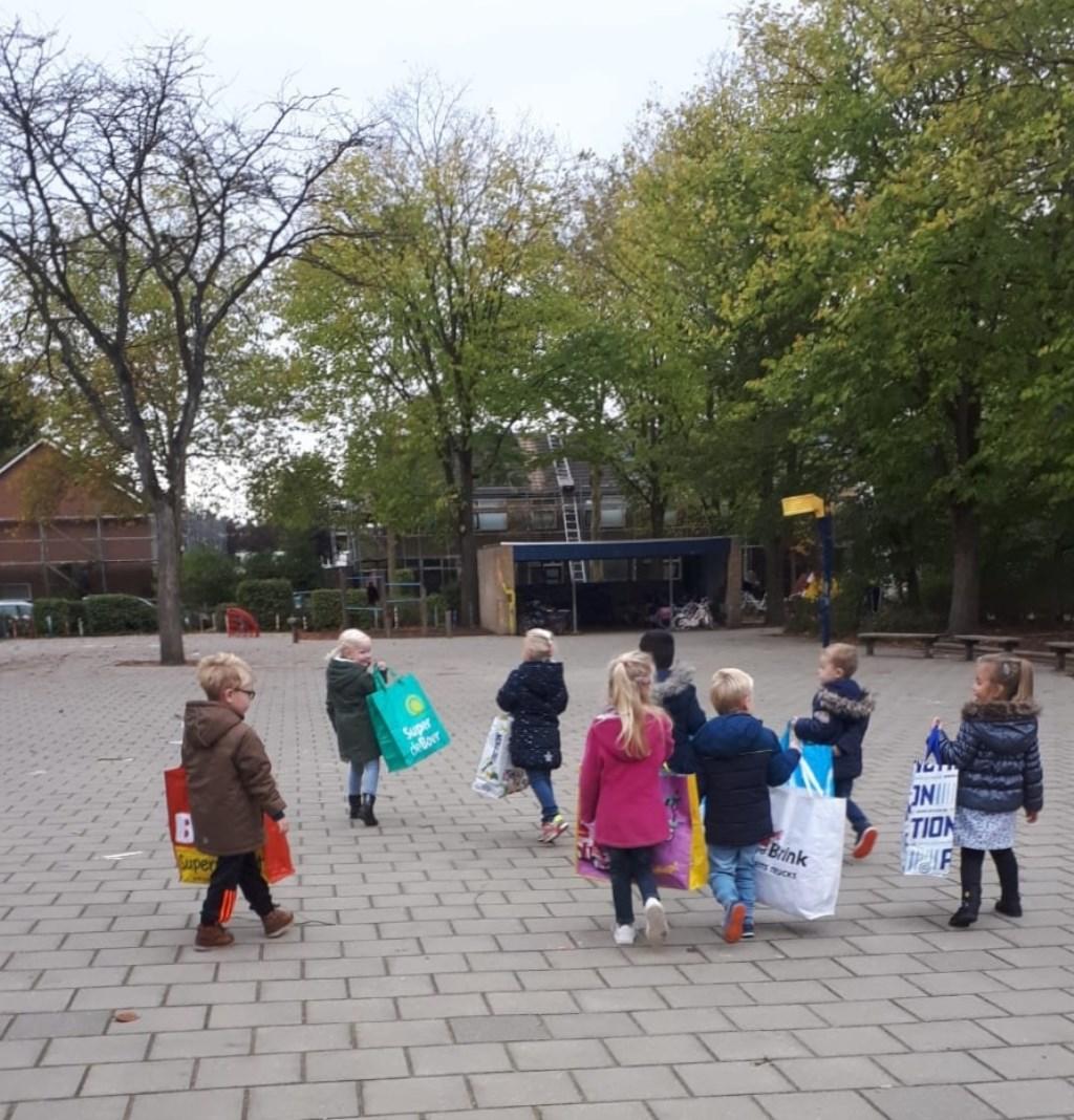 Kleuters brengen de statiegeldflessen naar de supermarkt Foto: Wilma van de Krol © Persgroep