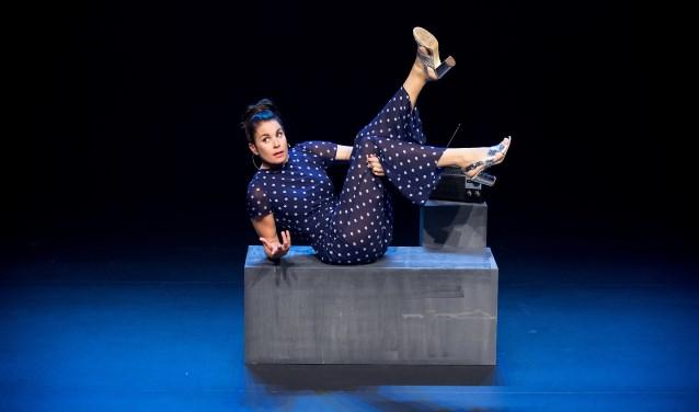 """""""Het podiumis een plaats waar je dat wat je bezighoudt theatraal vormgeeft, en waar je juist het ongemakkelijke van een situatie kunt benoemen. Dat is heel interessant en bevrijdend."""" (foto: Janita Sassen)"""