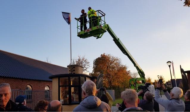 De openingshandeling van de minimuseumpjes aan de Morgenzonweg.