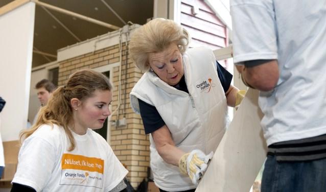 Met NLdoet hebben organisaties een kans om samen met nieuwe vrijwilligers grotere klussen gedaan te krijgen. Hier doet prinses Beatrix enthousiast mee. (Foto: Oranje Fonds - Jeannette Schols)