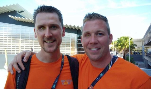 Rick Torenstra (rechts) en collega Rahmon hebben voor de Invictus Games de speciale oogprothese met de tekst I AM laten maken. (Privéfoto)