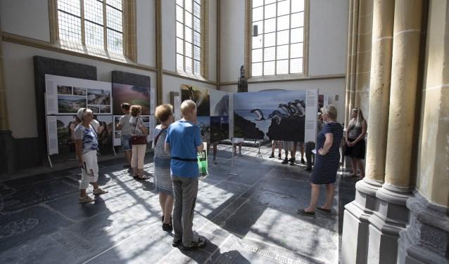Bezoekers tijdens de tentoonstelling World Press Photo 2018, afgelopen juli in de Walburgiskerk te Zutphen.