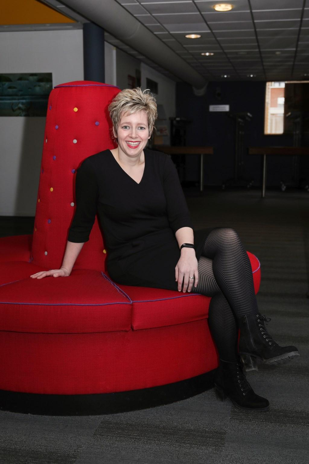 Mirella Jellema van stadstheater de Bond interviewt wekelijks een artiest voor dé Weekkrant Noordoost-Twente. Suus' FotoSjop © Persgroep