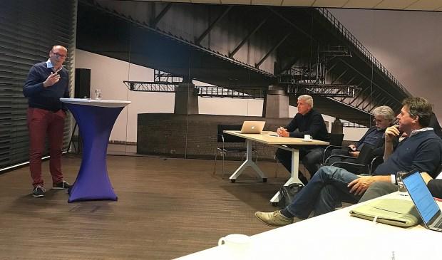 Arjan Holleman informeert de aanwezigen over het plan om de Hoeksche Waard landelijke bekendheid te geven. (foto: Creatieve Boerderij)