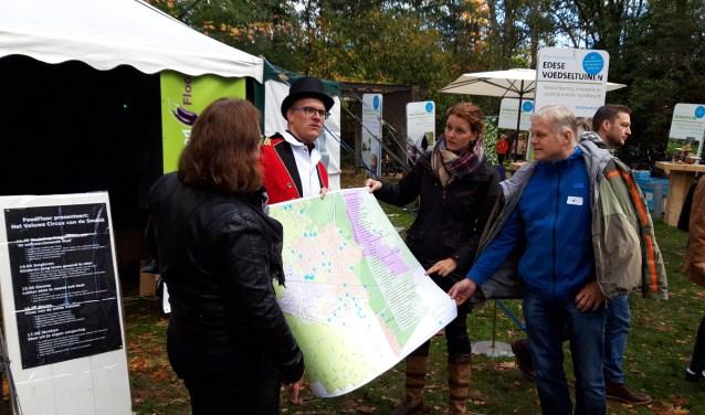 Eetbaar Ede overhandigt een kaart met alle stadslandbouwinitiatieven in Ede aan Wethouder Hester Veltman