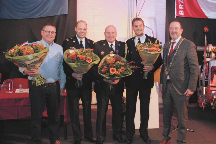 Burgemeester Rik de Lange met vlnr: Martien van Diek, Edwin van Kempen, Robert Egging en Preben Brasik van de vrijwillige Duivense brandweer.