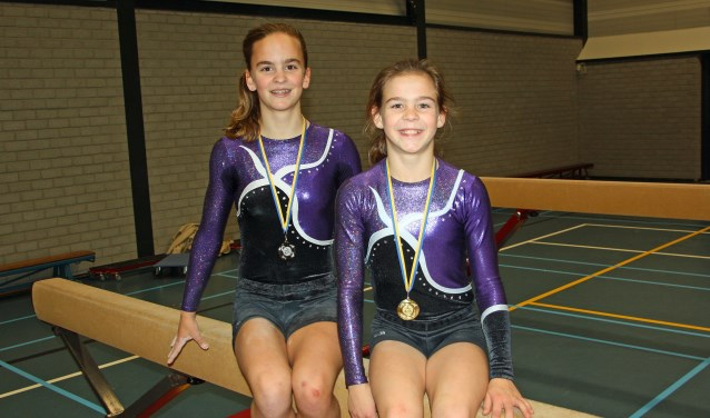 Ilse en Silke met de gewonnen medailles