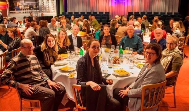 Inmiddels is Iris Kouwen officieel ingewijd als leesclublid tijdens een  bijeenkomst in het hoofdkantoor van de NS in Utrecht. FOTO: Julie Hrudova