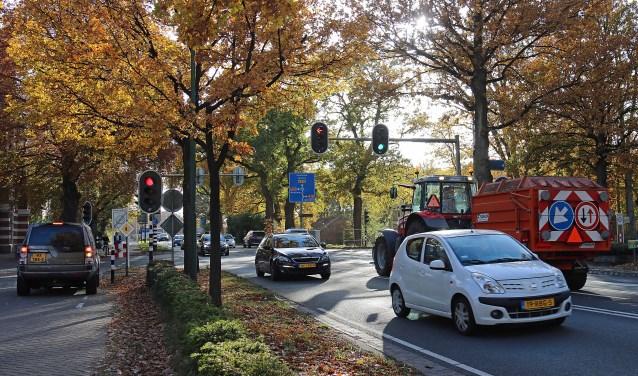 Het huidige drukke kruispunt van de Woudenbergseweg (N226) en de Tuindorpweg-Haarweg krijgt op termijn de inrichting van een rustig dorpsplein.FOTO: Hanny van Eerden