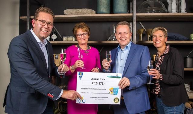 Vlnr: Bart Baars (Rotary Alblasserwaard), Margreet den Hartog (Rotary Kinderdijk) en Jacco van Kleef en Corine Monster (Stichting Lach voor een Dag) met de cheque. (Foto: Peter Verheijen)