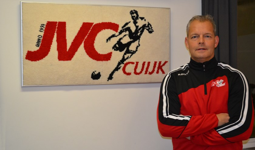 John Thijssen bij het kenmerkende logo van JVC Cuijk. (Foto: Gerno de Haas)