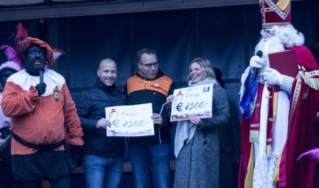 Join4Energy en Verjaardagsbox Oldenzaal ontvangen een cheque van de sint