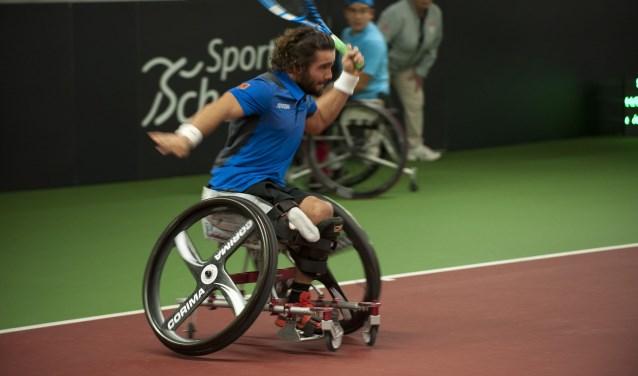 De Spanjaard Daniel Caverzaschi in actie tijdens het rolstoeltennistoernooi voor dubbels in Bemmel. (foto: Ellen Koelewijn)
