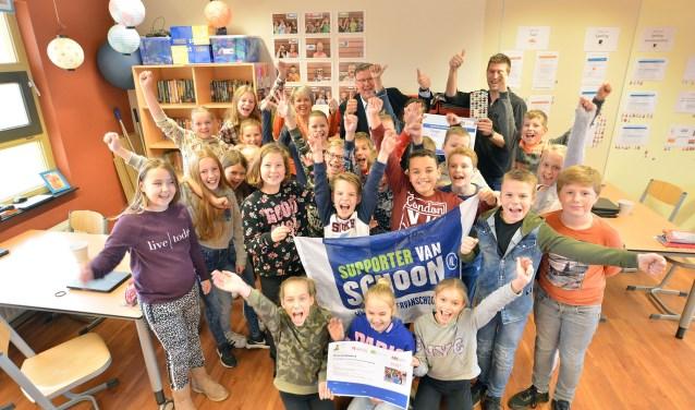 Ook groep 7 met meester Bram van de Prins Clausschool is blij met de cheque van wethouder Jocko Rensen als dank voor het opruimen van het zwerfafval op het schoolplein en omgeving. (Foto: Paul van den Dungen)
