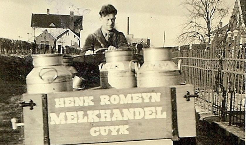 Deze jongeman van 'Henk Romeijn Melkhandel Cuijk' vervoert zijn melkbussen. (foto: BHIC)