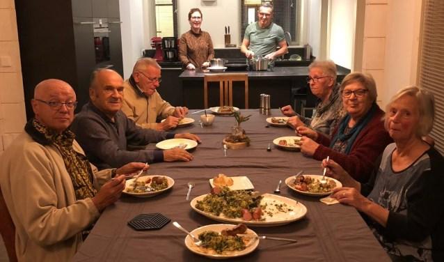 De gasten genieten van de gezelligheid, de gastvrijheid en de heerlijke boerenkool.