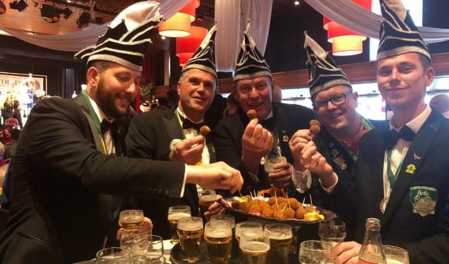 Raad van 11 van de Boskoopse carnavalsvereniging de Krooshappers. Ze zijn gek op bier en bitterballen. Het thema van dit jaar is 'Kwakveen niet te filmen'. Foto's: Debbie de Geus