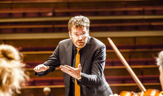 Dirigent Johannes Leertouwer speelt zelf mee op viool tijdens het concert. Hij ziet er naar uit om in de Sint-Maartenskerk te spelen. Foto: Foppe Schut