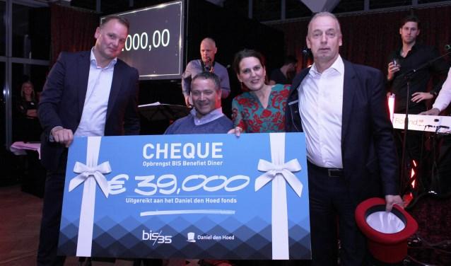 Jean Pierre Overbeek en Erwin Hout van BIS (links) overhandigen cheque aan Leonore Tuijt en Joop Adelmund  (Foto: PR)