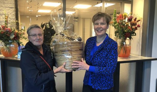 Trudy Geerdes (links) ontvangt de prijs van Ans Post.