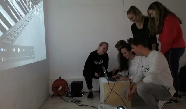 Ook de laatste details zijn in orde, vinden de leerlingen van het Veluws College Walterbosch. Nu is het publiek welkom. (foto Anja Straathof)