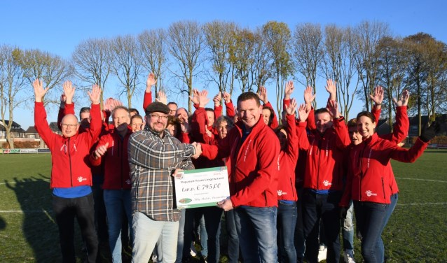 Jeroen Gerlofs overhandigt de cheque aan Roparun team031-Lingewaard