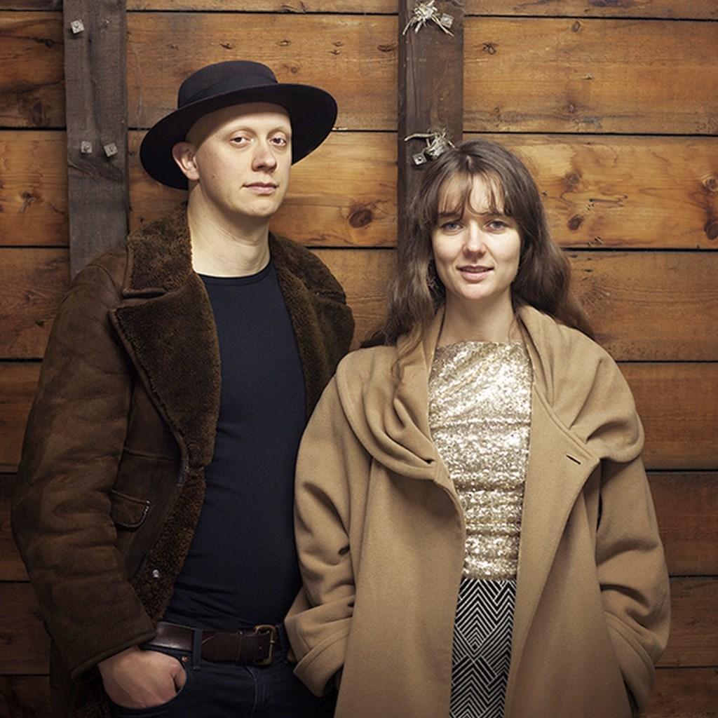 Het internationale, reizende duo Stereo Naked zorgt voor een avondje roots, bluegrass, murder ballads en indiepop in Paco Plumtrek.  © Persgroep
