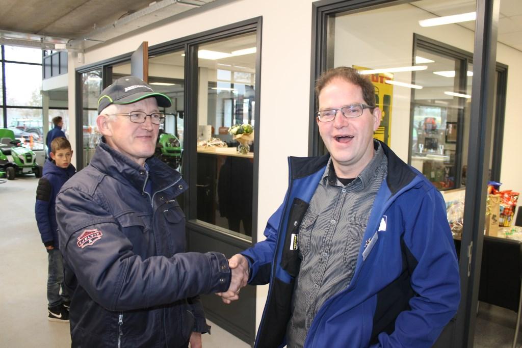 Agrariër Jan Koks uit Winterswijk feliciteert Bernd Klein Nibbelink met het nieuwe bedrijf.  Foto: Leo van der Linde © Persgroep