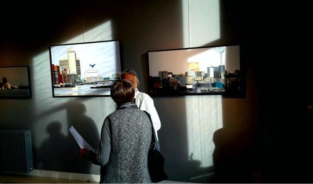 Lijnen in het landschap'is een boekje van Gineke Zikken. Tijdens de opening speelt de zon met haar werk en brengt nieuwe lijnen aan.