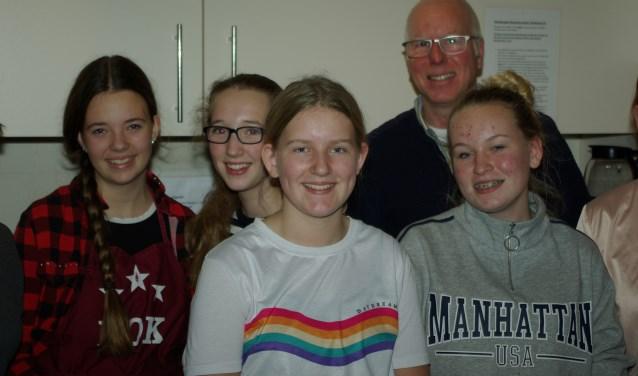 Bert Wierenga in de pop-up keuken met vier leden van de keukenbrigade. Myrthe, Sietske, Tess en Isa. (foto: H. Wiggers)
