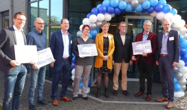 De notarissen Roberto Cancian, Ans Post en Erik Oostrik temidden van de vertegenwoordigers van de goede doelen