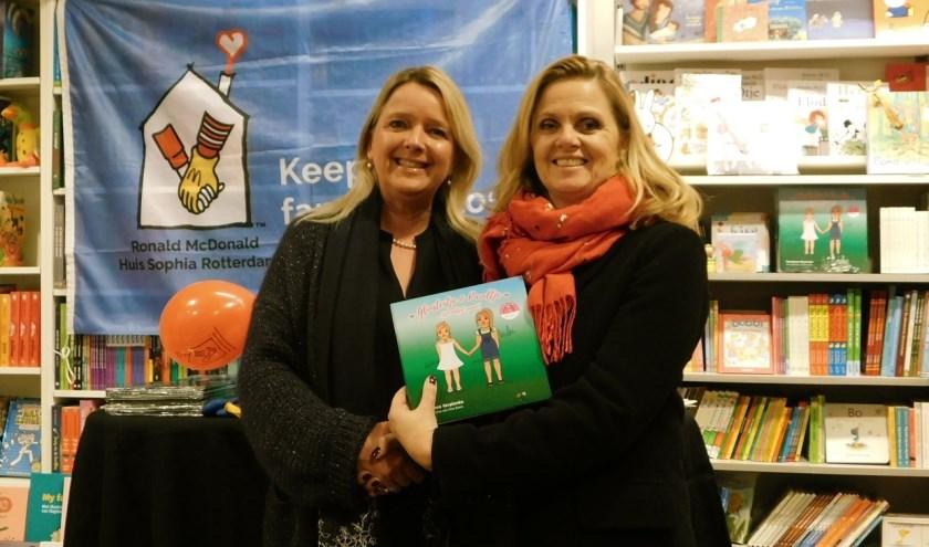Constance Verplanke (links) overhandigde het eerste exemplaar van haar nieuwe kinderboek aan Esther Janknegt. (foto: Arie Pieters)