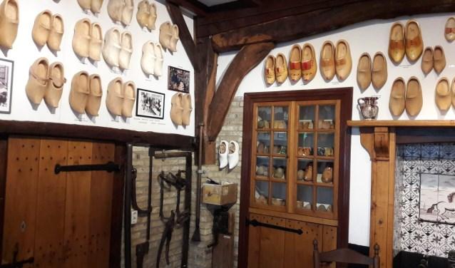 Vorig jaar is het klompenmuseum in Enter opgeknapt: alle klompen hebben nu een mooi plekje gekregen. Foto: Susanne Nijenhuis.