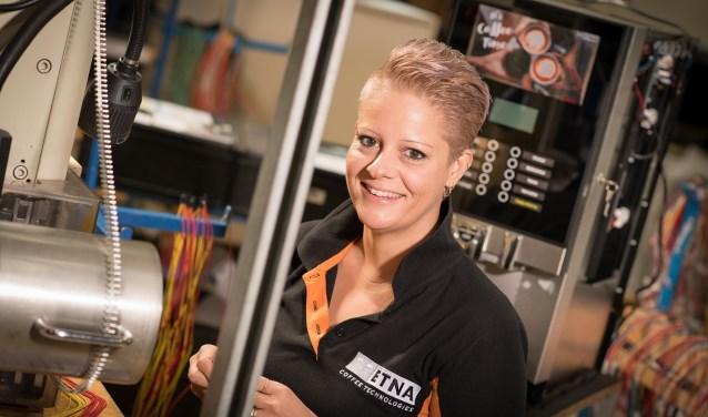 Een van de medewerksters van ETNA Coffee Technologies