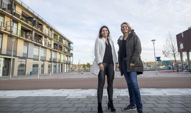 Ineke den Heijer (fractievoorzitter D66 Lansingerland) en Mischa Bonis (initiatiefnemer groene schoolpleinen). Fotograaf: Chris Bonis