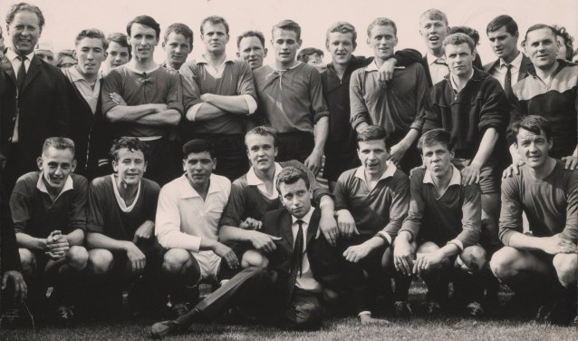 Het kampioensteam van EBOH in 1965. Kijk in de tekst hieronder welke spelers en stafleden er allemaal op te zien zijn.