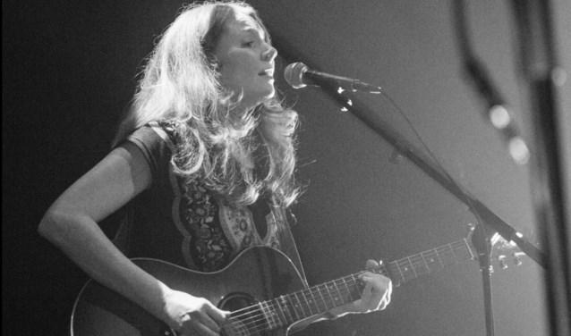 Joanna Weston speelt en zingt Bij de Steef.