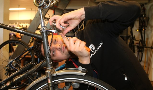 André Zandstra kijkt fietslamp na
