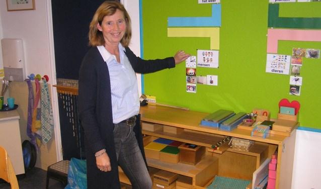 Anneke van der Burg bij het 'Memoryboard', éénvan de nieuwste leeritems. (foto Gerreke van den Bosch)