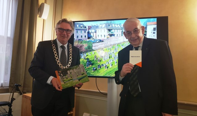 Burgemeester Geert van Rumund en Maurice Elzas, voorzitter van de stichting Joods Erfgoed Wageningen, zijn verheugd met de publicatie van het boek. (foto: Kees Stap)