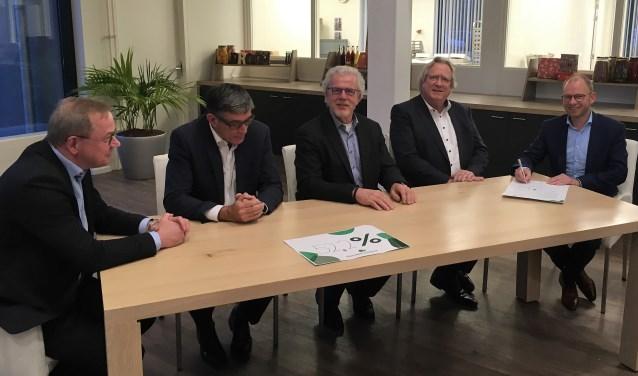 Wethouder Henk Plaizier (geheel links) ondertekende namens de gemeente Beuningen de intentieverklaring voor de aanleg van een glasvezelnetwerk in zijn gemeente.
