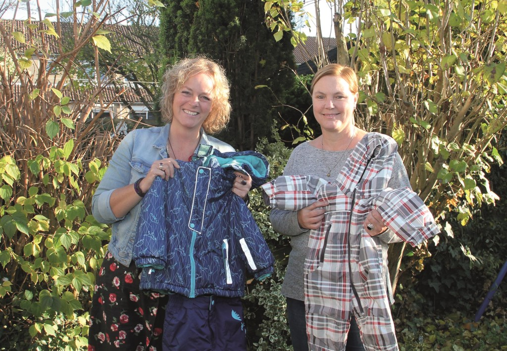 Carina Voordenhout (links) en Marga Weiss showen twee kledingstukken die ze hebben ingezameld voor vluchtelingen op het Griekse eiland Lesbos.