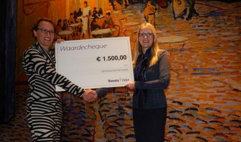 Lisa Fokker Monuta Ede overhandigt cheque aan Marlies Taal, regiocoordinator van Stichting Vier het leven