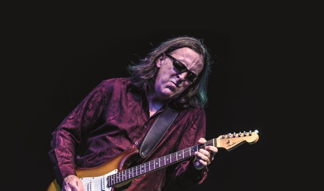 Bekende bluesnummers en meeslepende gitaarsolo's, hier van Jim Suhler. (Foto: Blues Magazine, Edwin Birkhoff)