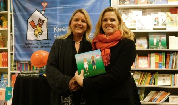 Constance Verplanke (links) overhandigde het eerste exemplaar van haar nieuwe kinderboek aan Esther Janknegt. (tekst/foto: Arie Pieters)