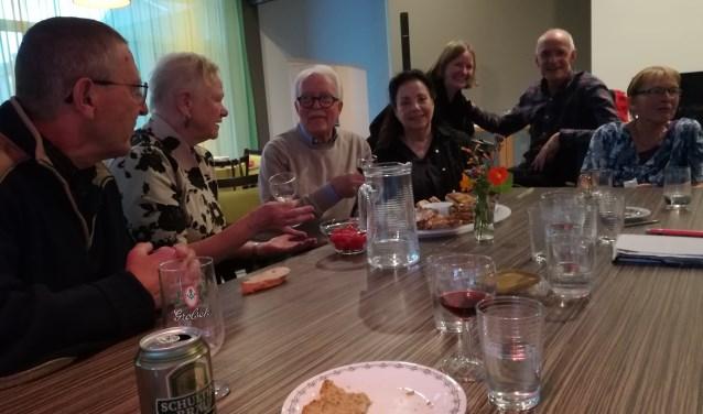 Frans, Alice, Ronald, Ankie, Marike, Frits, Lida en vele anderen zijn enthousiaste Apeldoornse LETS'ers. (foto: Anja Straathof)