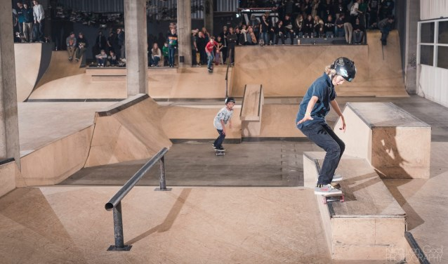 Een skater in actie in Skatepark De Fabriek. Foto: Kiliaan van Gool