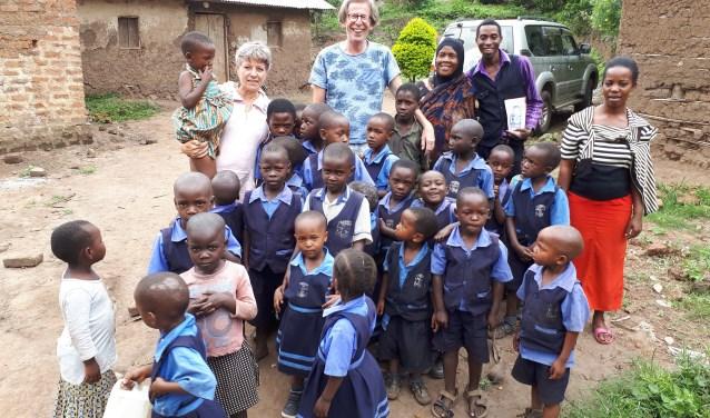 Ina Florusse bezocht het project in Oeganda. Rechts achteraan staat Frank Tamale, de directeur van de school.